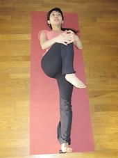 膝頭を左の胸の方へ近づけ内側に引き寄せる