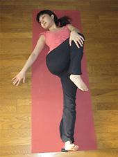 左手で右膝が左の床に近づくように身体をねじっていきます