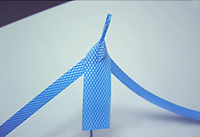 裂いた中の細い紐の部分を下側に折り曲げ、左右交互に編む