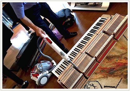 鍵盤やハンマーの溝に掃除機をかけます