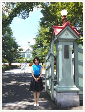 奈良女子大学正門。背景はNHK朝ドラ『ごちそうさん』の舞台にもなった記念館です。
