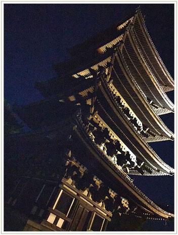 ホテルのパンフレットで夜のライトアップ観光を知り、夜ごはんの前に見た、幻想的な五重塔。