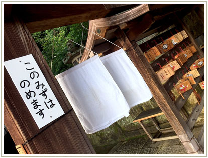 「お水取り」で有名なお寺ならではの湧き水と風になびくタオルにホッとする瞬間。ひらがなっていい。