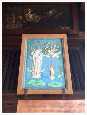 大廊下の天井下にかけられた60cm程の絵。近づくと…