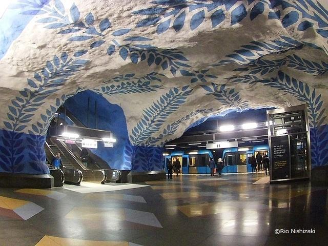 まるで異次元の洞窟!スウェーデン・ストックホルムの地下鉄アート