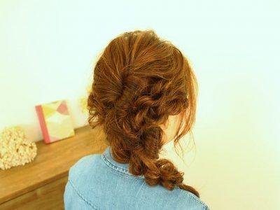 湿気で髪がまとまらない時にも大活躍!カジュアルなダウンスタイルヘアアレンジ♪