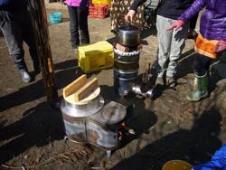 簡易薪ストーブと自作したロケットストーブで煮炊き