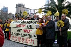 日本領事館前で原発反対を訴えるトルコの市民たち 写真提供:守田敏也さん