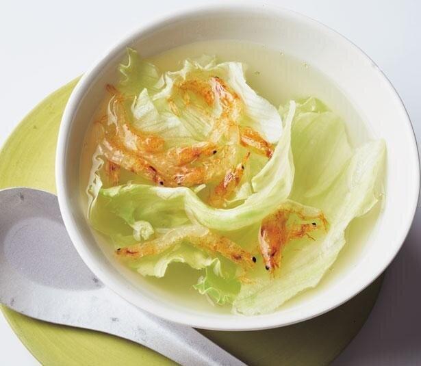 材料を入れたカップにお湯を注いで完成のスープ3選