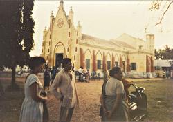 インド・チェンナイの教会前で母や友人と