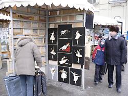 絵の市場にはバレエの絵や写真が…