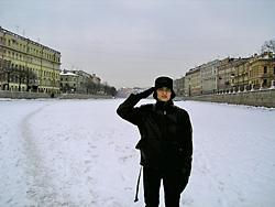 川と運河が多いサンクトペテルブルク、凍った運河の上で
