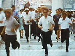 アメリカ館に向かって走る人々