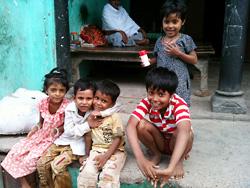 子どもの笑顔は万国共通(インド、バラナシにて)
