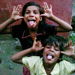 カメラが大好きで陽気な子どもたち