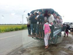 工場ワーカーの人たちはこんなトラックで通勤