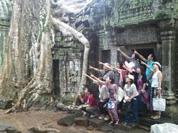 カンボジア、タプロム遺跡。みんなで未来に向かって