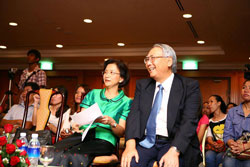 2012 年の受賞式、カンボジア女性省の大臣とカンボジアに多大な貢献をされた篠原元大使がゲストスピーカー