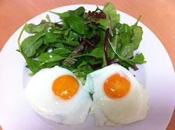 ある日の朝食。緑色の濃い葉野菜は毎食たっぷりと