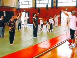 体操指導をしている大野さん