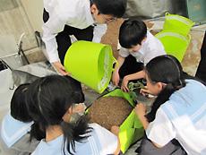班ごとに生徒が協力し合ってプランターに土を