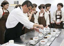 西日本蝶理製菓専門学校の特別授業での宮本さん
