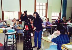 小学校で日本文化の紹介のため、着物の着付けを
