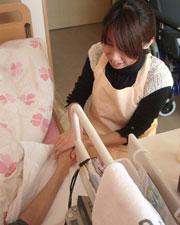 アロマボランティアで患者さんに寄り添う森田さん