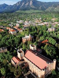 コロラド大学の校舎とボールダーの山々