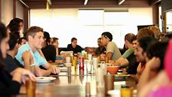 共同生活で議論やアイデア交換を楽しむ若き起業家たち