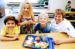 生まれ変わった給食、子供たちとアン・クーパーさん