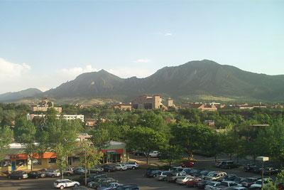 ボールダーの街、写真中央はコロラド大学