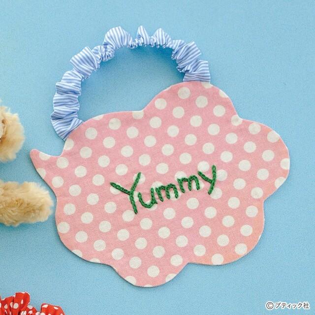 Yummyの刺しゅうが可愛い!「吹き出しの形のスタイ」