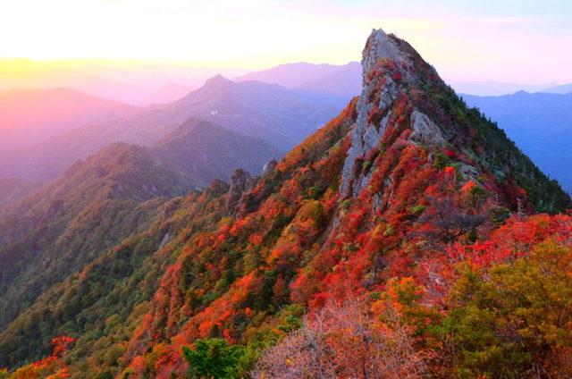石鎚山|鎖場を乗り越えて絶景を堪能!紅葉も美しい登山コースまとめ